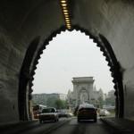 Tunnel mit Blick auf Brücke